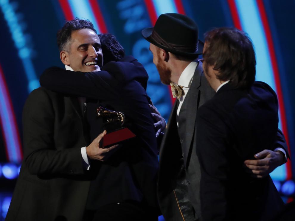 Jorge Drexler recogiendo el premio a Mejor canción del año por 'Telefonía' en los Grammy Latino