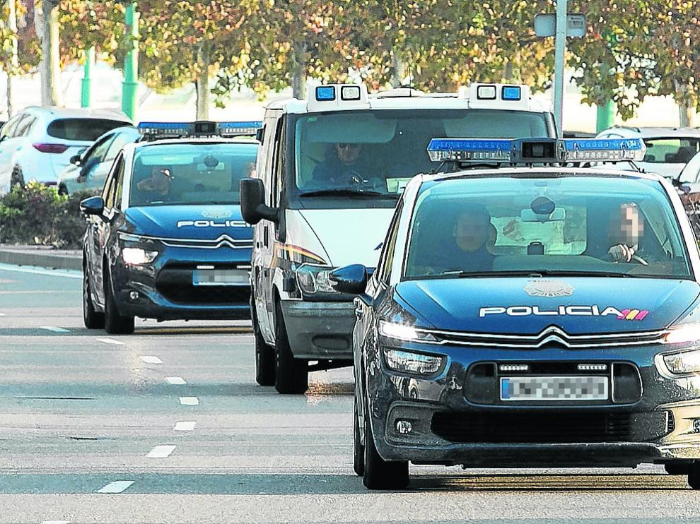 César Román, en la parte trasera del primer coche, ayer, llegando al juzgado de guardia.