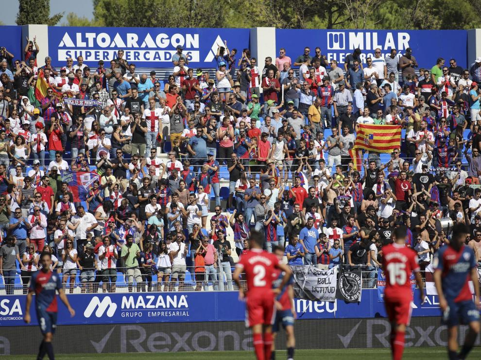 Grada de Gol Norte de El Alcoraz durante el partido entre el Huesca y el Girona.