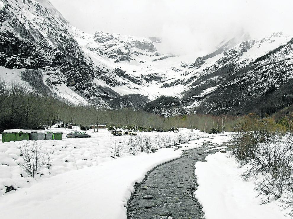El valle de Pineta, en el Pirineo oscense, nevado.