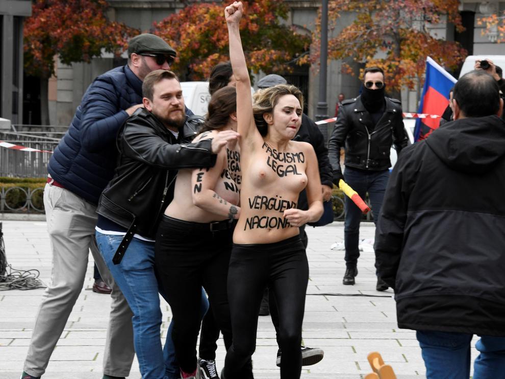 Protesta de Femen en un acto de la Falange en Madrid