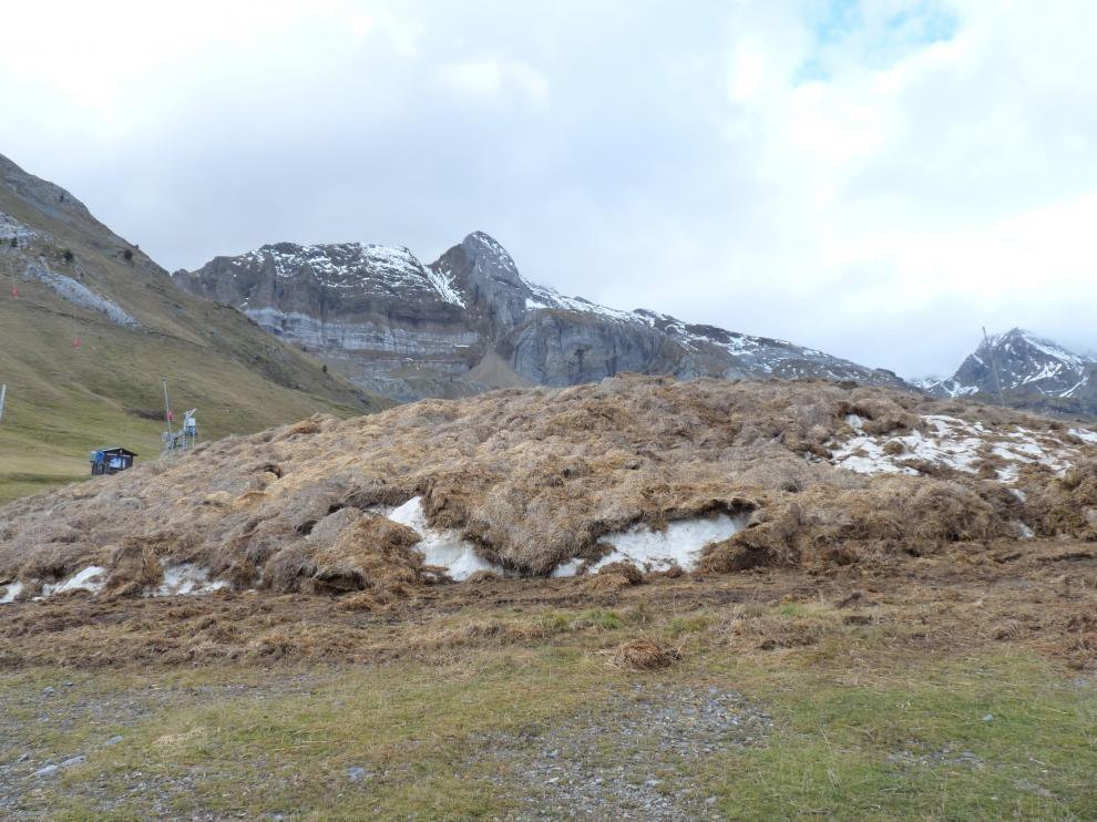 La estación estará retirando estos días la paja que ha actuado como aislante de la montaña de nieve