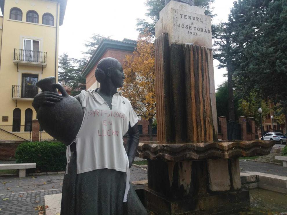 La Mujer del Cántaro luce una camiseta a favor de la huelga de prisiones