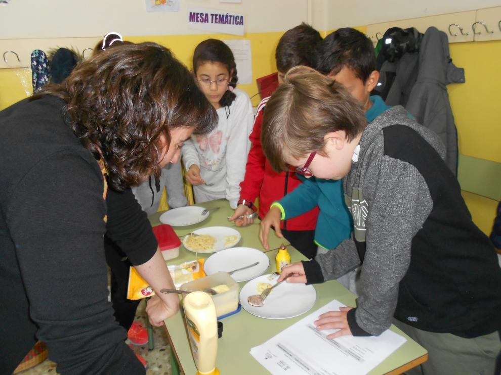 Los niños han llevado a cabo diferentes experimentos para detectar el almidón en los alimentos.