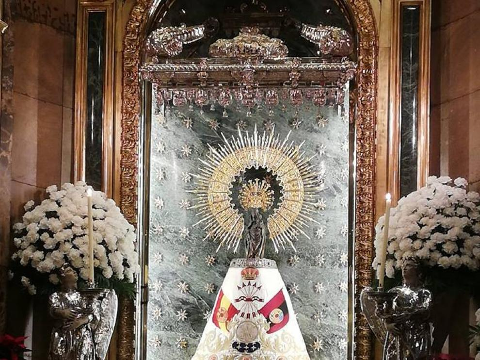 La Virgen del Pilar, este lunes con el manto de Falange