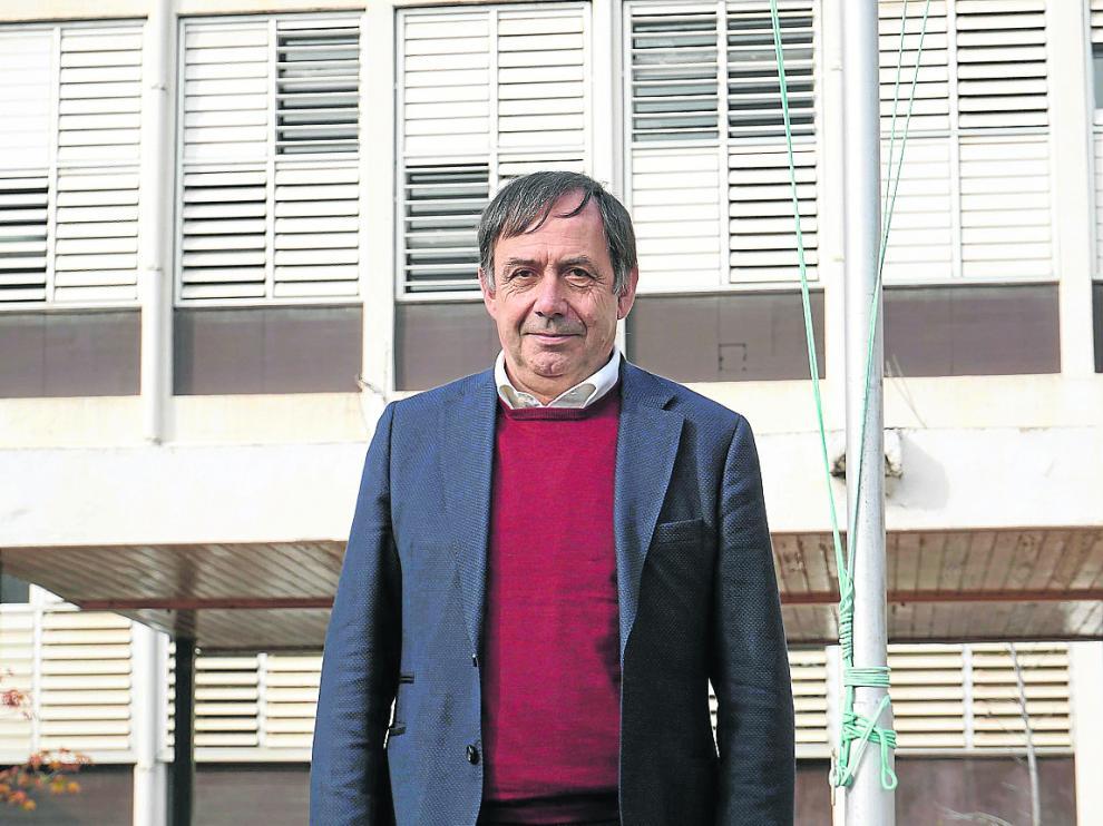 Donato Boscia, frente al edificio del Instituto Agronómico de Zaragoza (IAMZ).