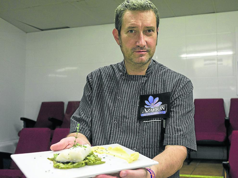José Manuel Martínez muestra este bacalao con judías verdes y salsa holandesa.