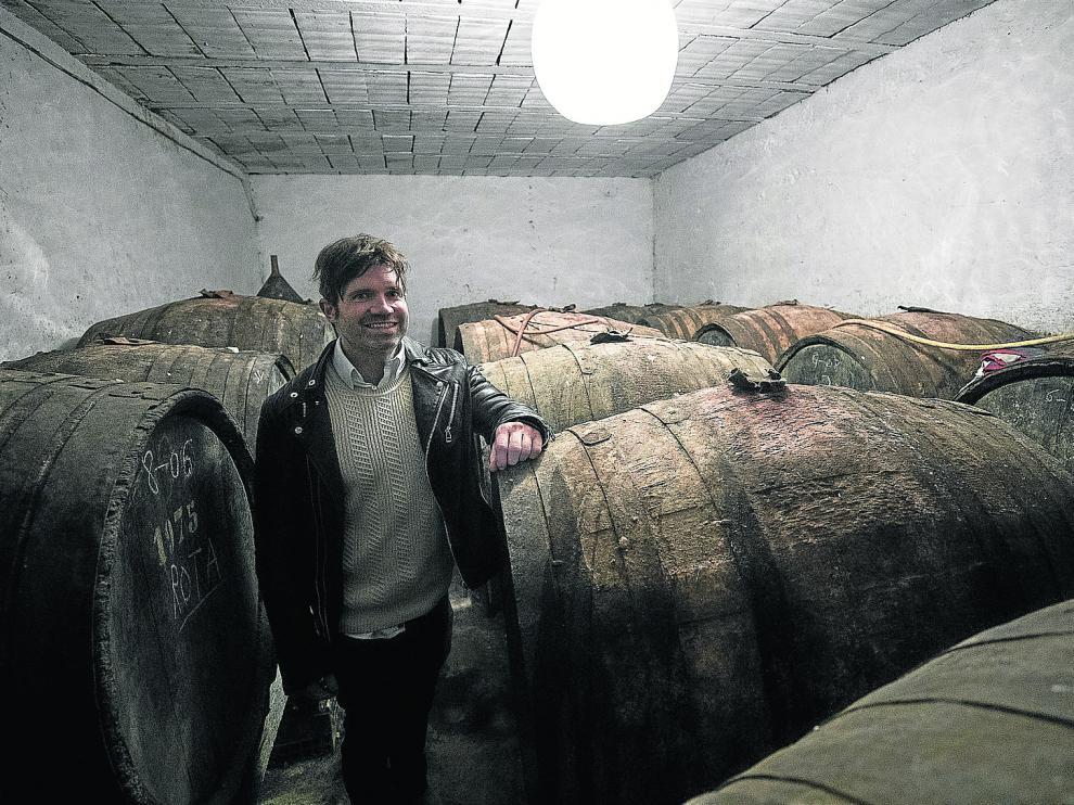 Martín Jaime, entre los toneles (pipas) que construyera su abuelo Vicente en las bodegas familiares.