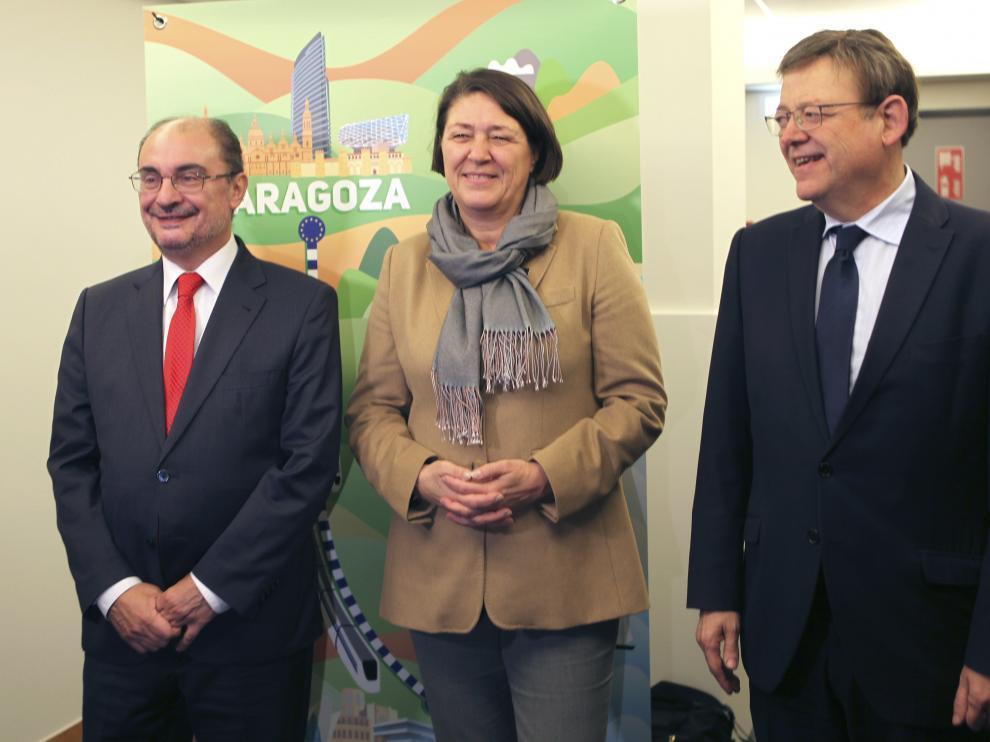 El presidente de Aragón, Javier Lambán, la comisaria europea de Transporte, Violeta Bulc y el presidente de la Generalitat Valenciana, Ximo Puig.