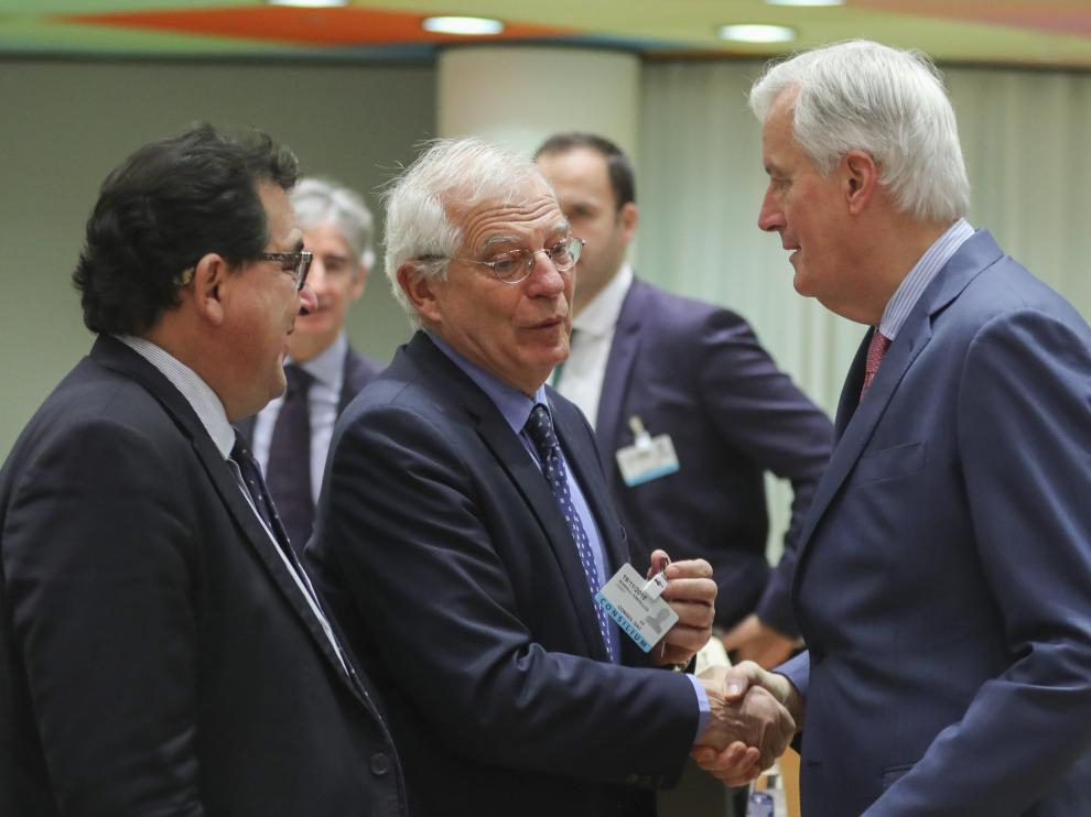 """El ministro español de Asuntos Exteriores, Josep Borrell, saluda al negociador jefe europeo para el """"brexit"""", Michael Barnier."""