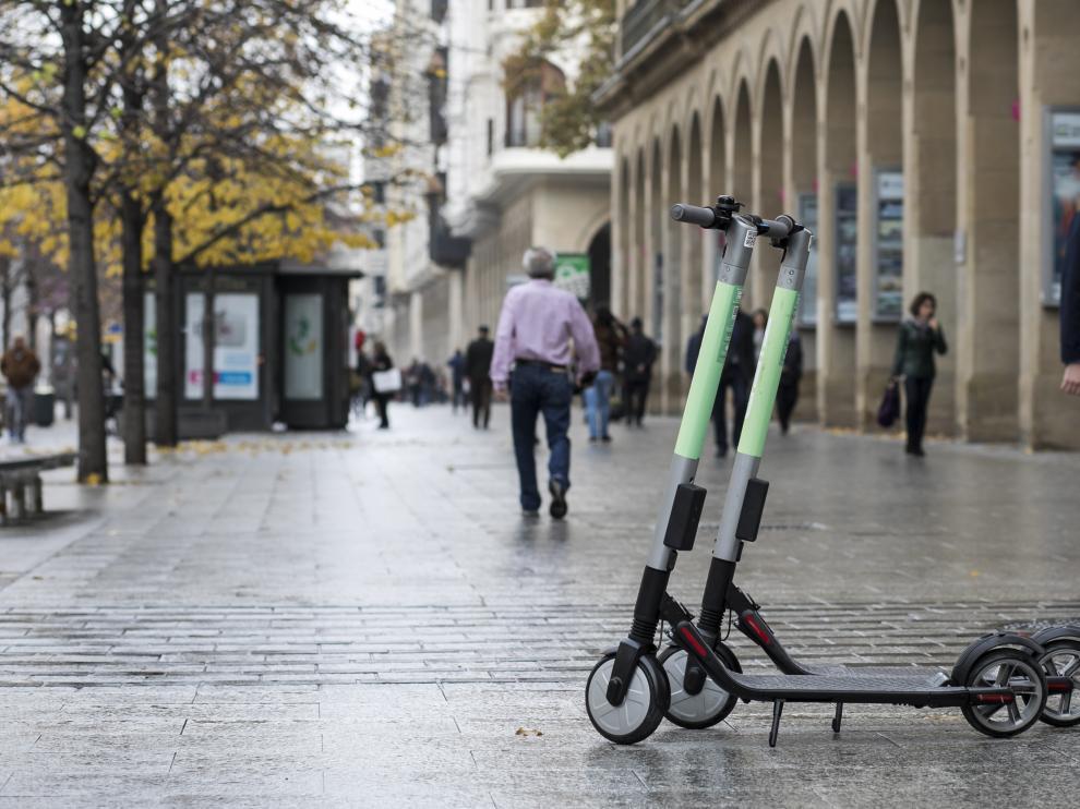 Un par de patinetes de alquiler en el paseo de la Independencia de Zaragoza.