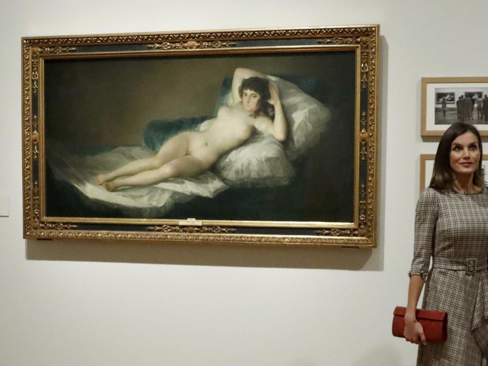 Los Reyes posan ante el cuadro de 'La maja desnuda' de Francisco de Goya.