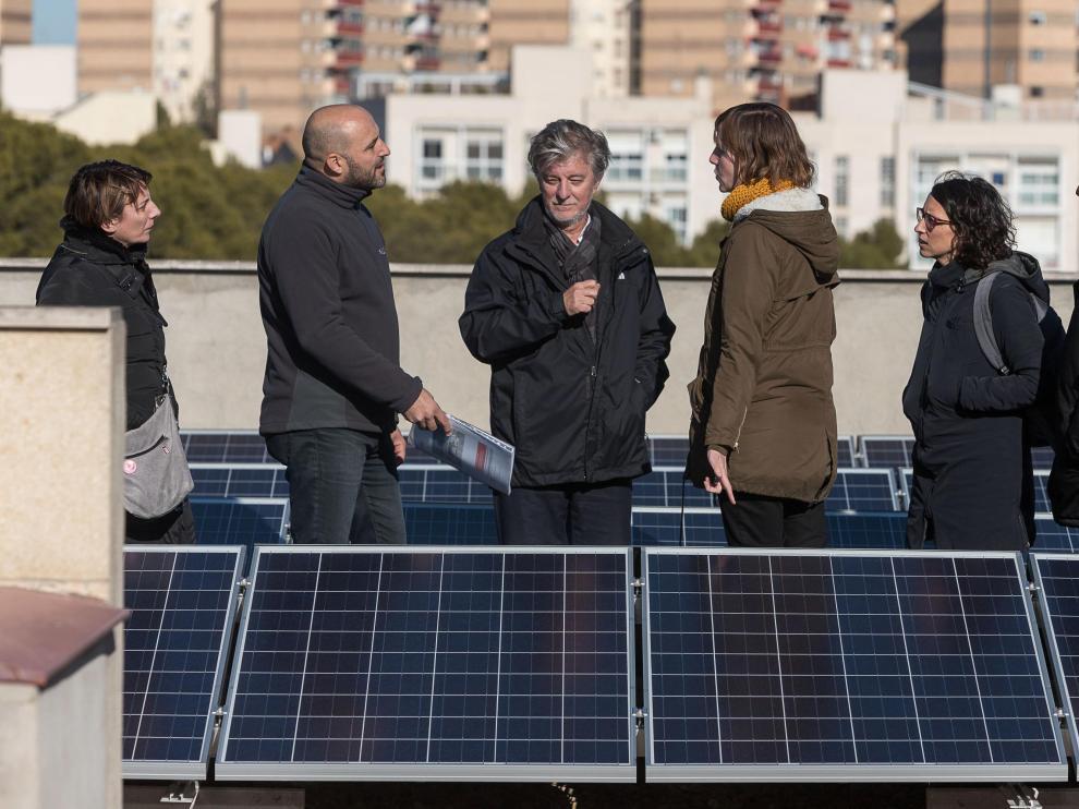 El alcalde Santisteve, en las placas solares del cuartel de Policía de La Paz.