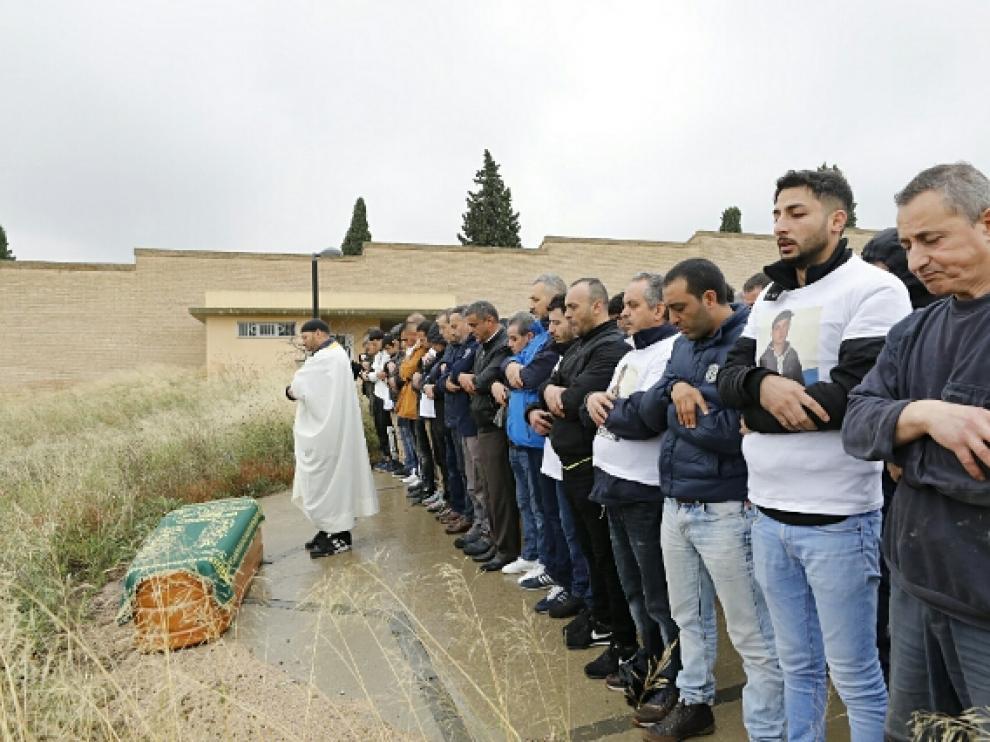 Los asistentes al entierro en el cementerio musulmán de Torrero rezan en recuerdo del joven asesinado el pasado domingo.