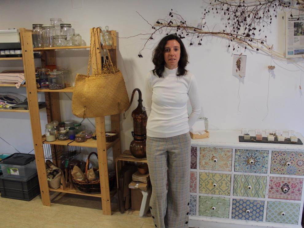 Alba Chesa, creadora de una empresa de cosmética natural, Saponaria Sopas, en Albelda (Huesca) .