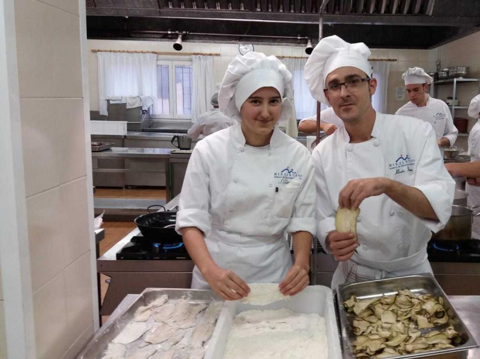 Alberto Ibáñez y Sara Gimeno, en clase de Cocina.
