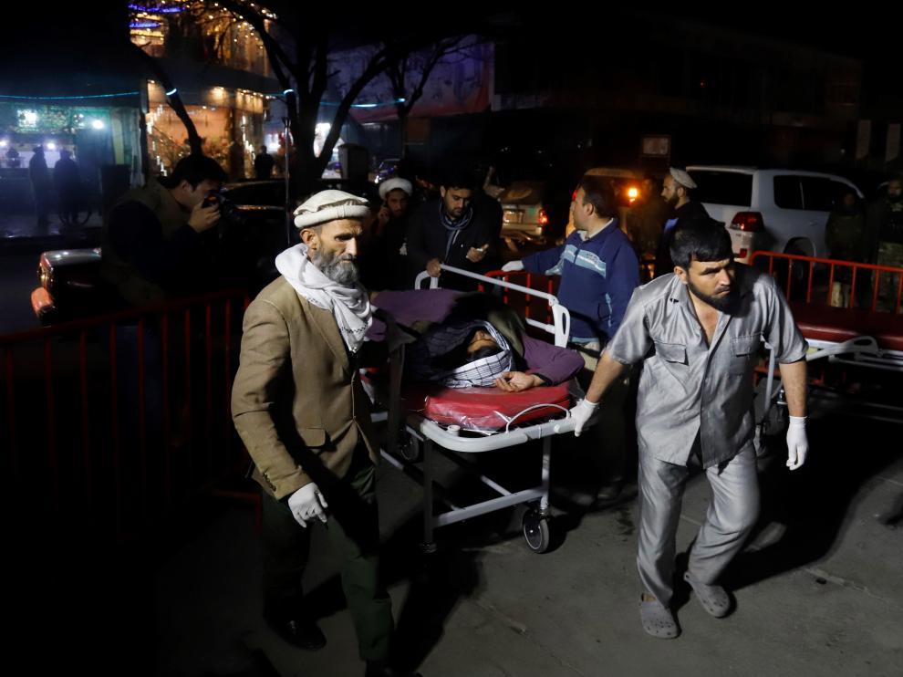 Miembros de los servicios de emergencias transportan a un herido tras un ataque suicida en Kabul.