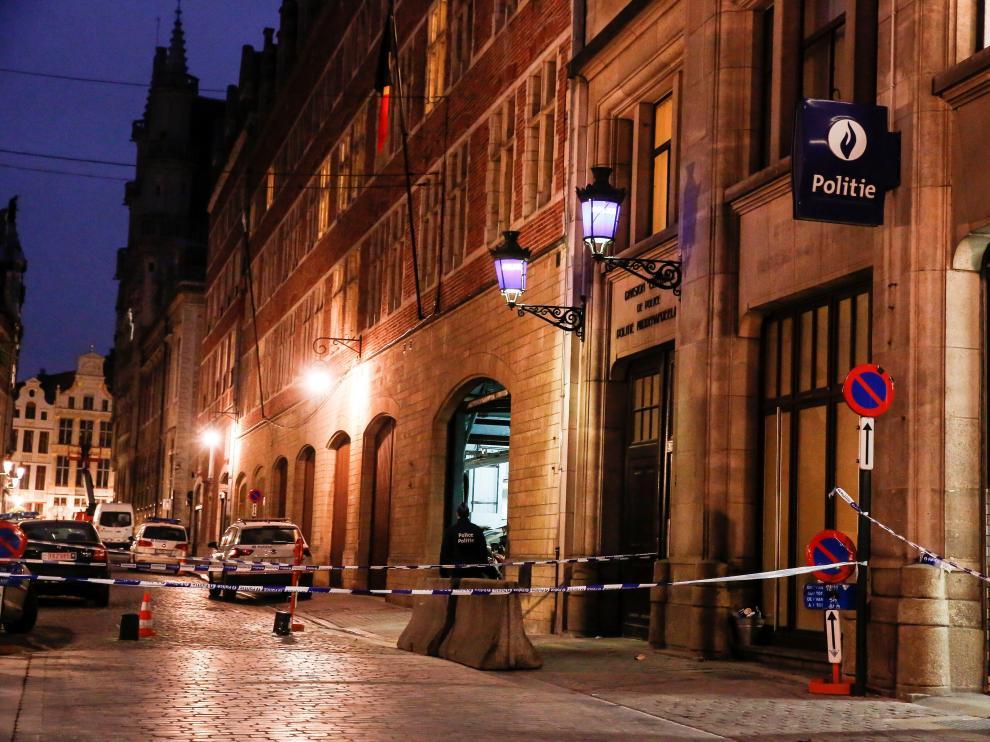 El ataque ha tenido lugar cerca de la entrada de una comisaría en el centro de Bruselas, en la calle Marché au Charbon