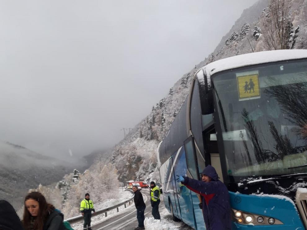 Imagen del autobús atascado.