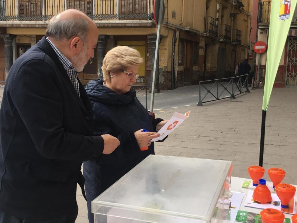 El alcalde de Calatayud informa a una vecina sobre la campaña.