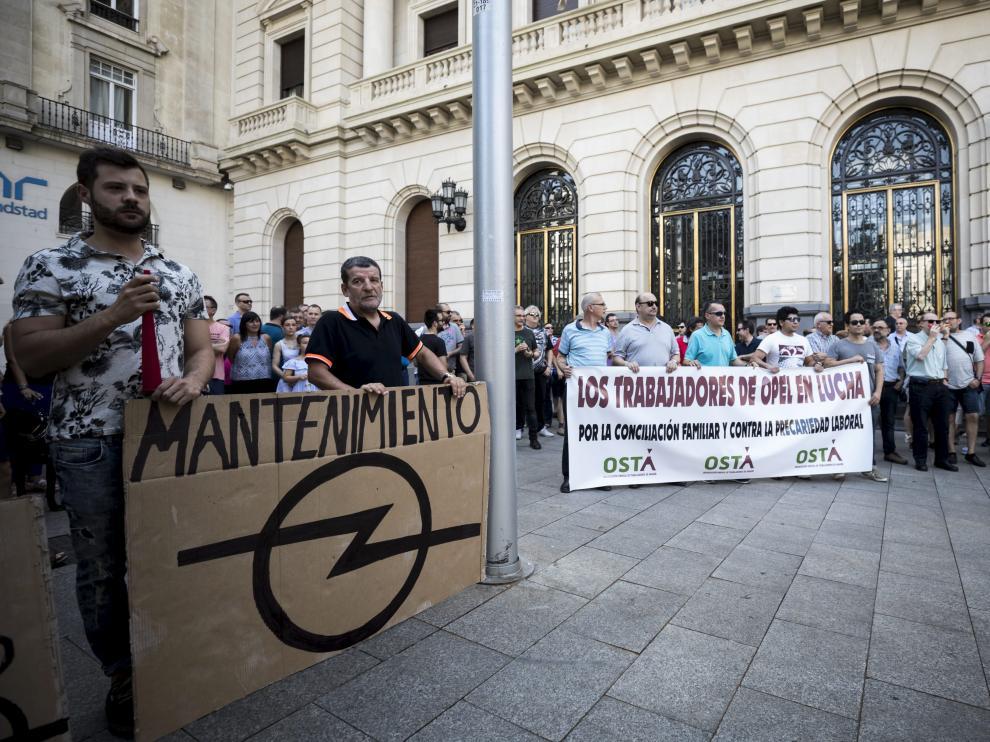 Protesta en junio de los trabajadores de mantenimiento de Opel en la Plaza de España por la modificación sustancial de sus condiciones de trabajo