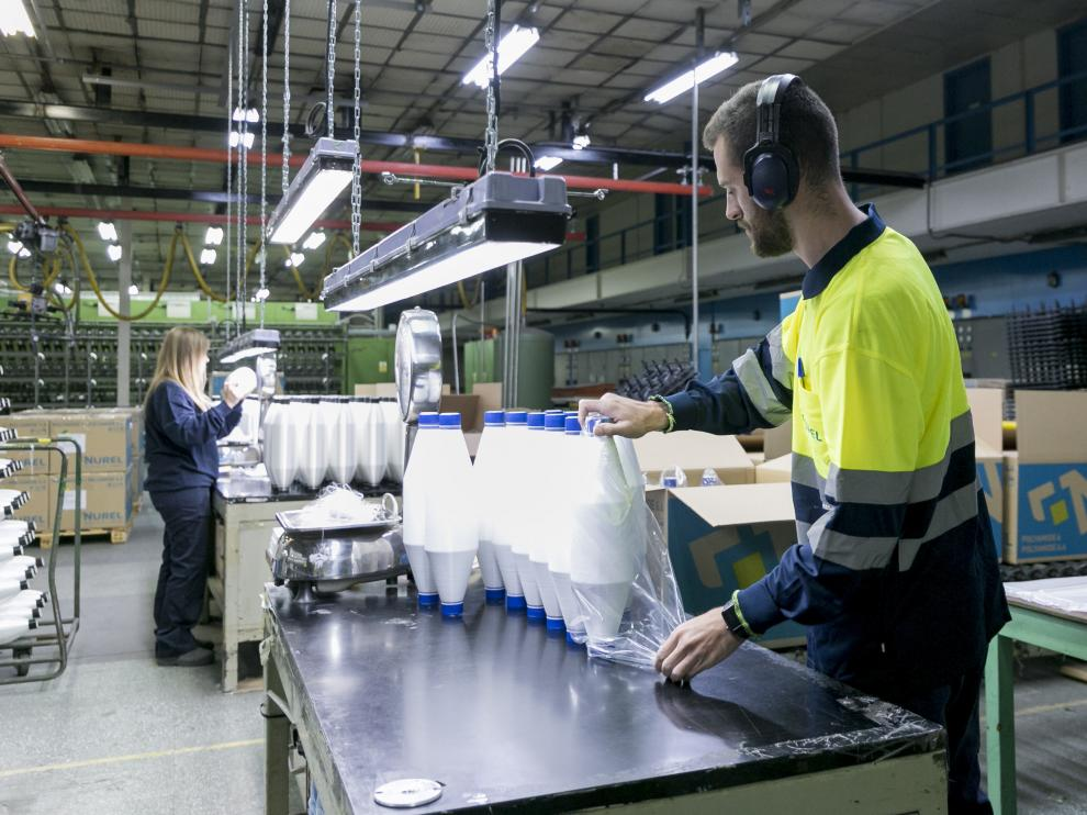 Un operario trabajando en las instalaciones de Nurel en Malpica