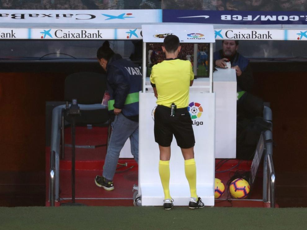 Un árbitro consultando el VAR.