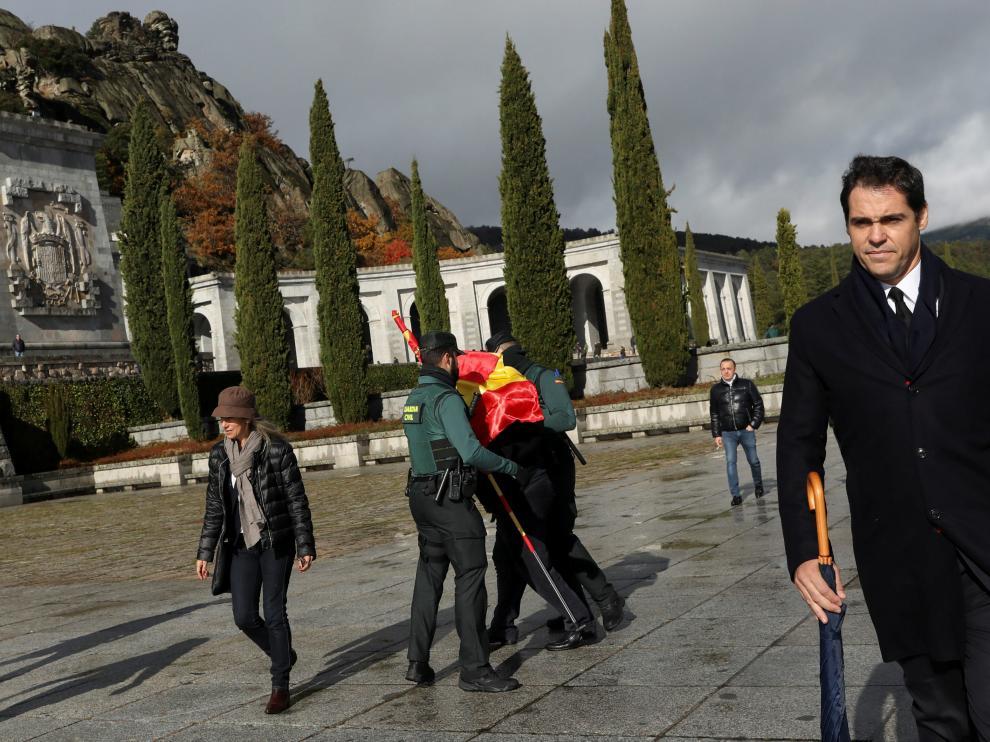 La Guardia Civil actúa con una persona que lleva un símbolo franquista, mientras el nieto de Franco, Luis Alfonso de Borbón, accede al recinto.