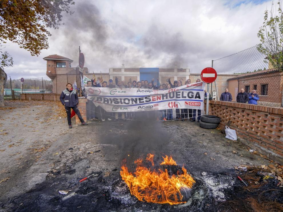 Una hoguera prendida por los huelguistas corta el acceso a la cárcel de Teruel.