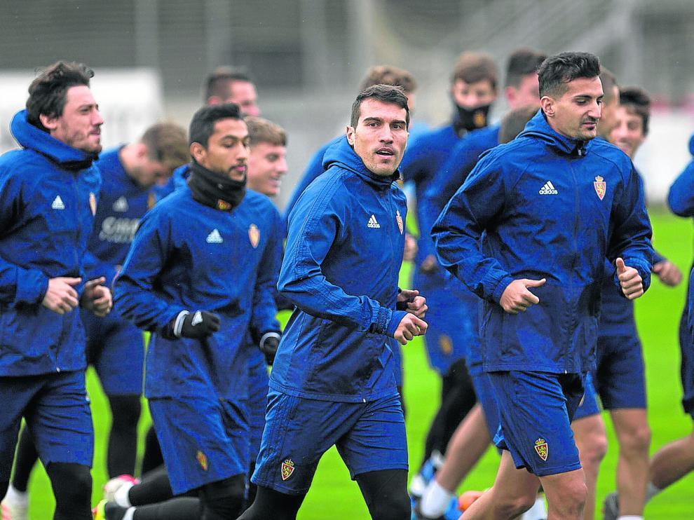 Los jugadores del Real Zaragoza, con el capitán Alberto Zapater en el centro, en el entrenamiento de ayer.