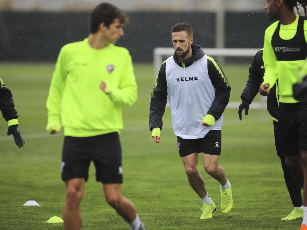 Miramón, bajo la lluvia, durante el entrenamiento de este martes con el Huesca.