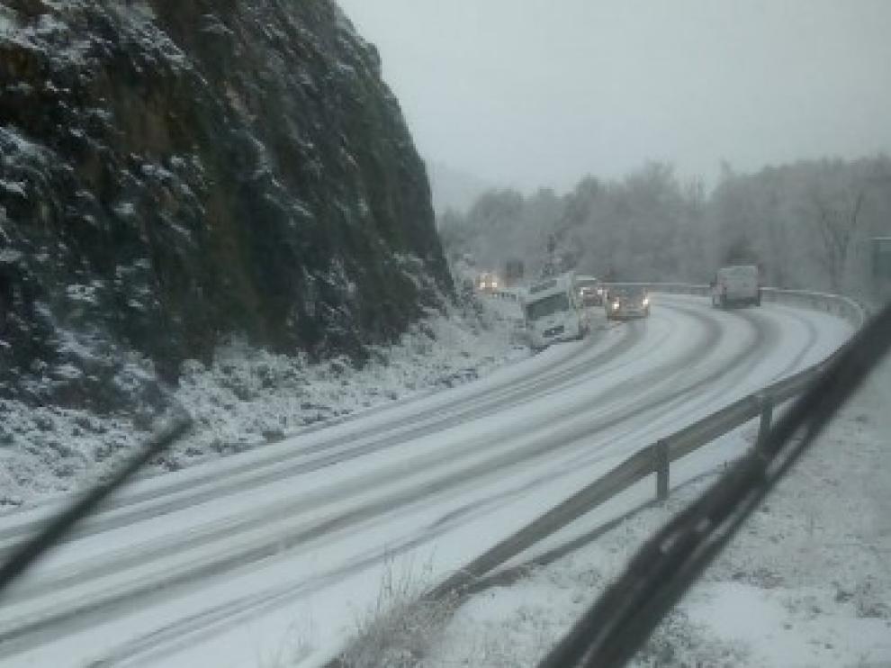 Vehículos afectados por la nieve caída en la carretera A-136, en la provincia de Huesca.