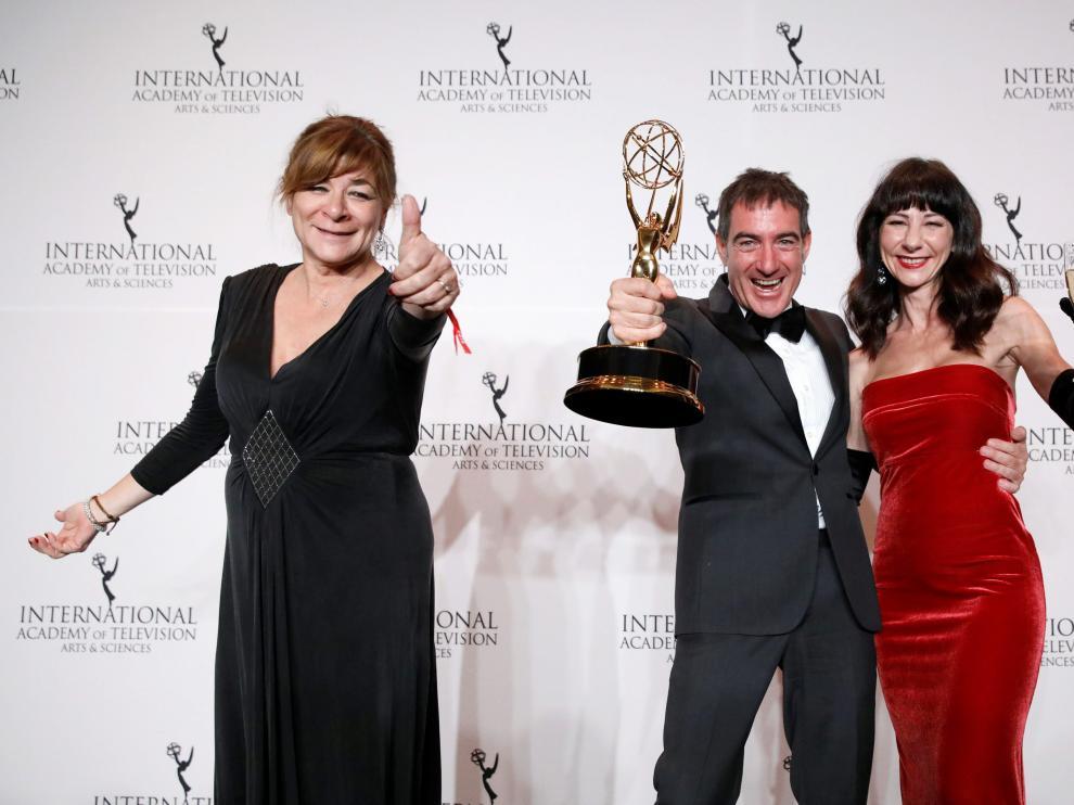 Sonia Martínez, directora de Ficción de Atresmedia y Ález Pina, creador de la serie, recogieron el galardón.