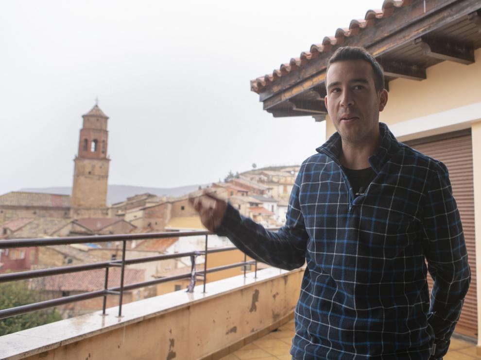 Vicente Zaragoza, teniente de alcalde, en la terraza de la Casa Consistorial, con la torre de la iglesia al fondo.