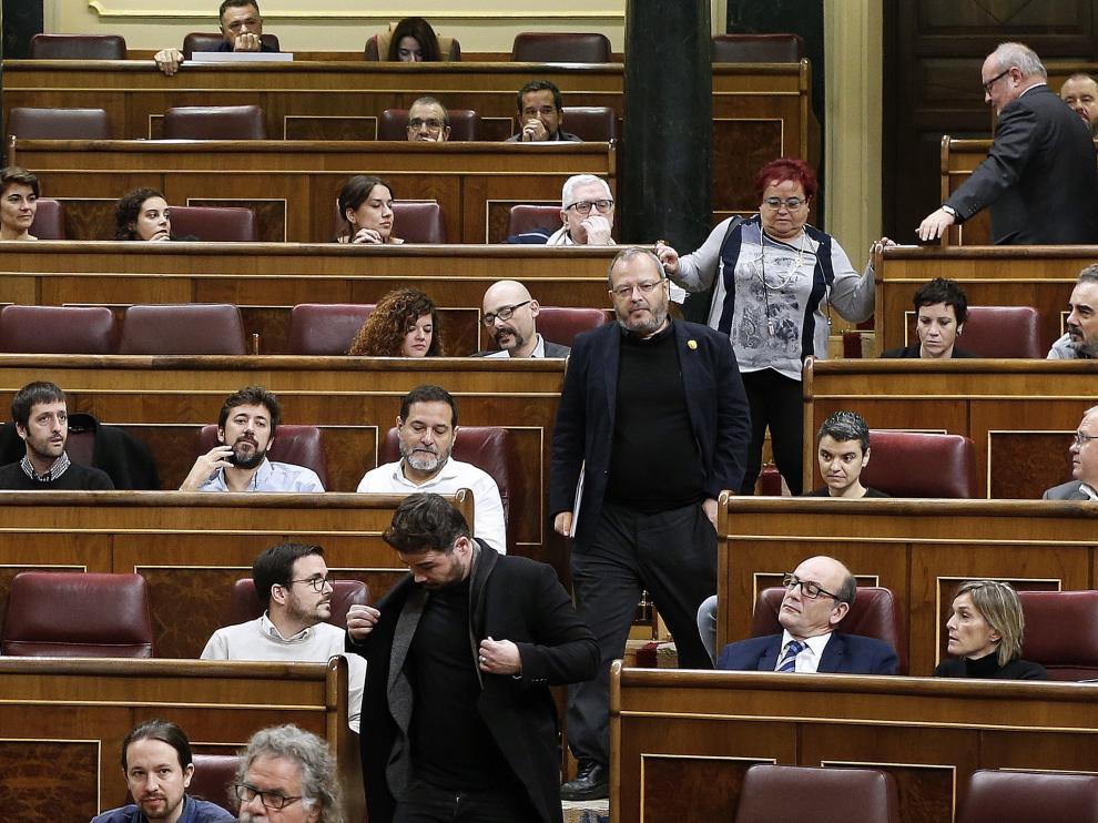 Momento en el que los diputados de ERC abandonan el pleno