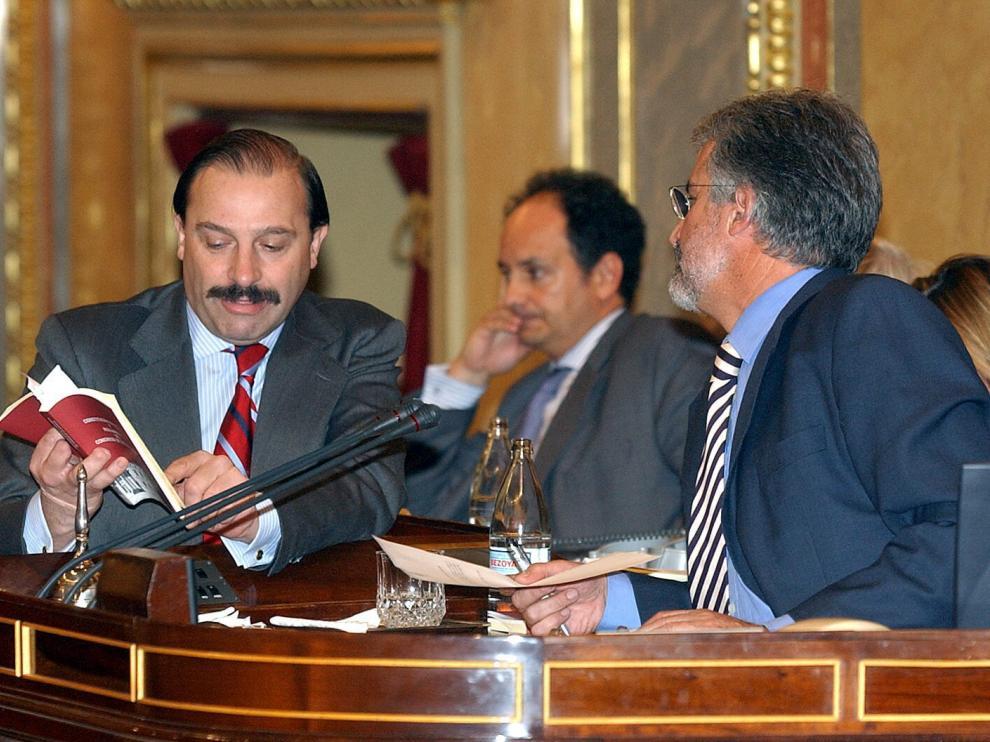 Marínez-Pujalte y Manuel Marín hablan en el Congreso en noviembre de 2004