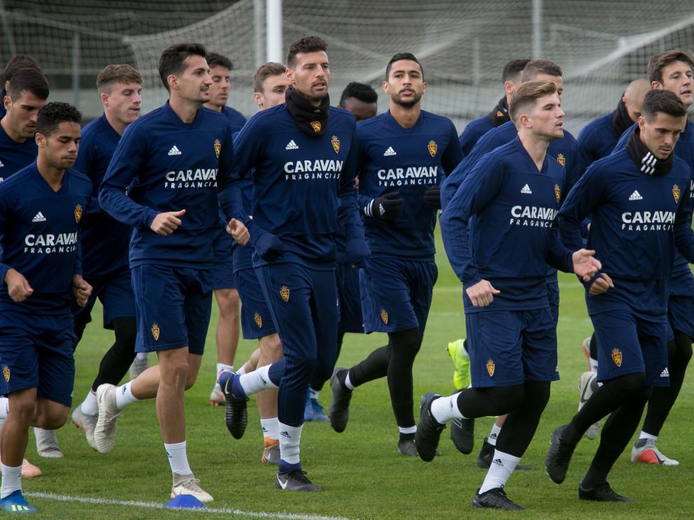 Varios jugadores del Real Zaragoza, en un entrenamiento en la Ciudad Deportiva.