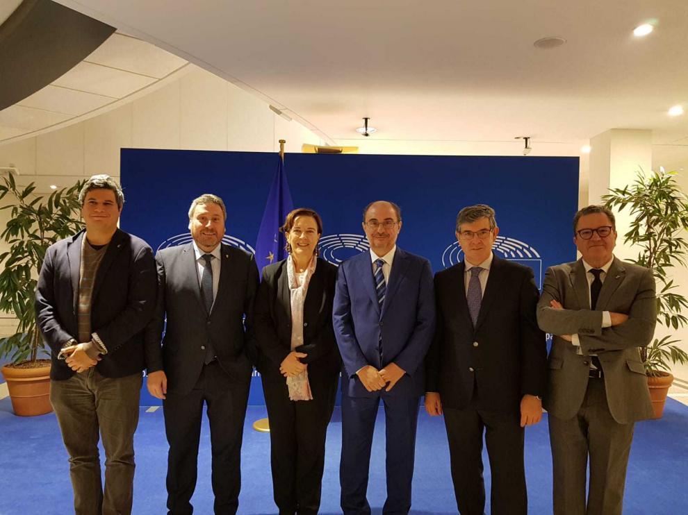 Inés Ayala, en el Parlamento europeo, con parte de la delegación aragonesa y valenciana que acudió este lunes a defender la línea de Teruel.