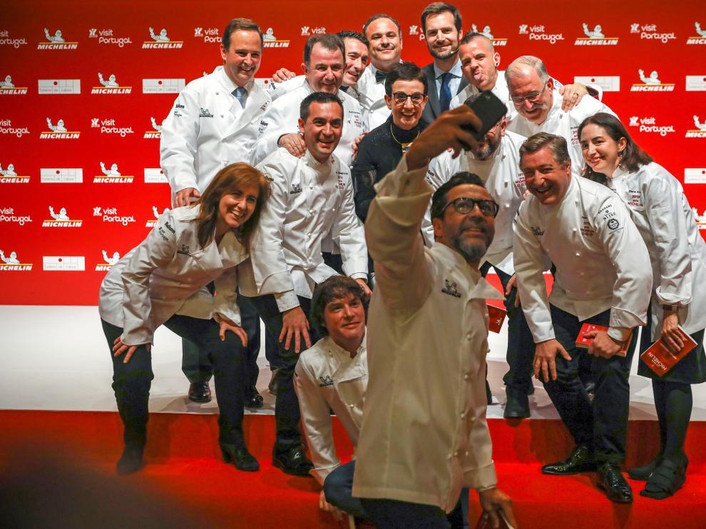 Varios de los cocineros galardonados posan para una foto durante la presentación de la Guía Michelín.