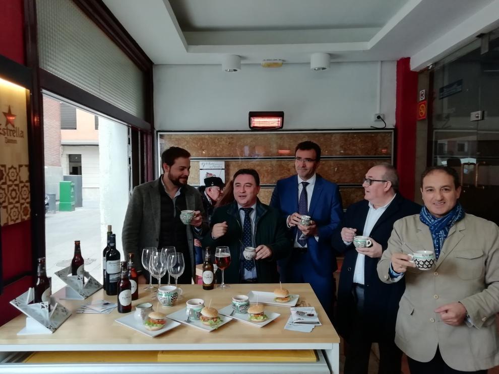 Presentación de 'La ruta del perolico' con representantes de Caja Rural, la patronal hostelera y del Ayuntamiento.