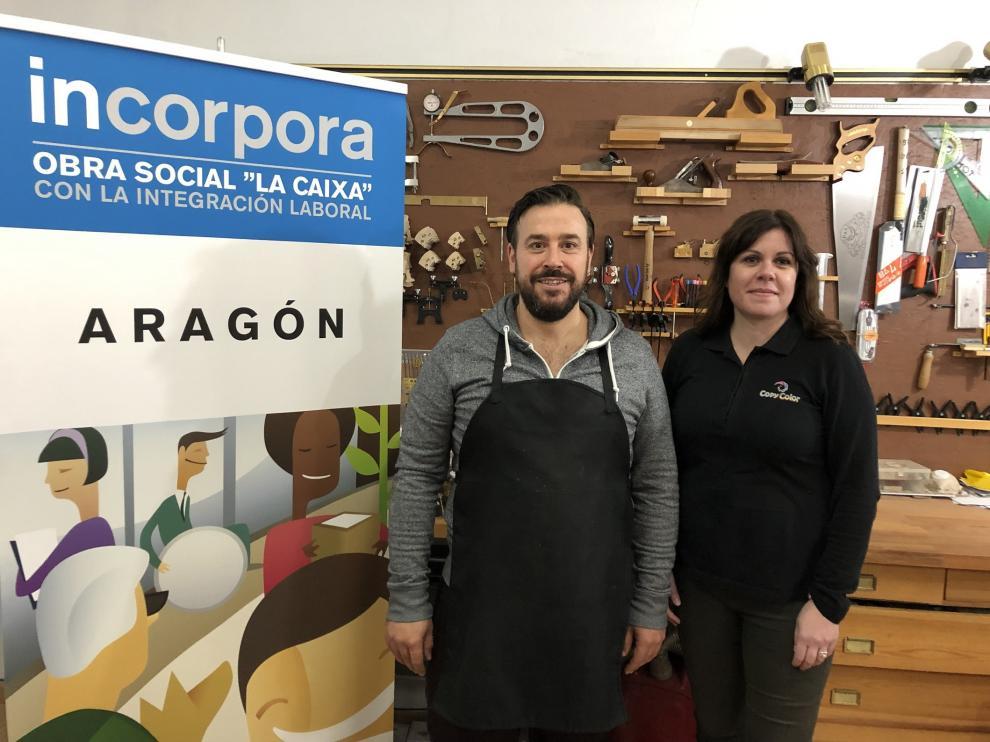 Miguel Aznar y Almudena León, este martes, en el taller del lutier aragonés.