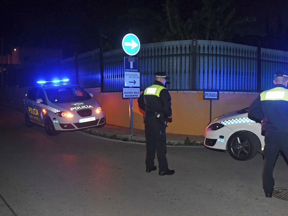 Agentes de Policía cerca del lugar donde ocurrió el crimen.