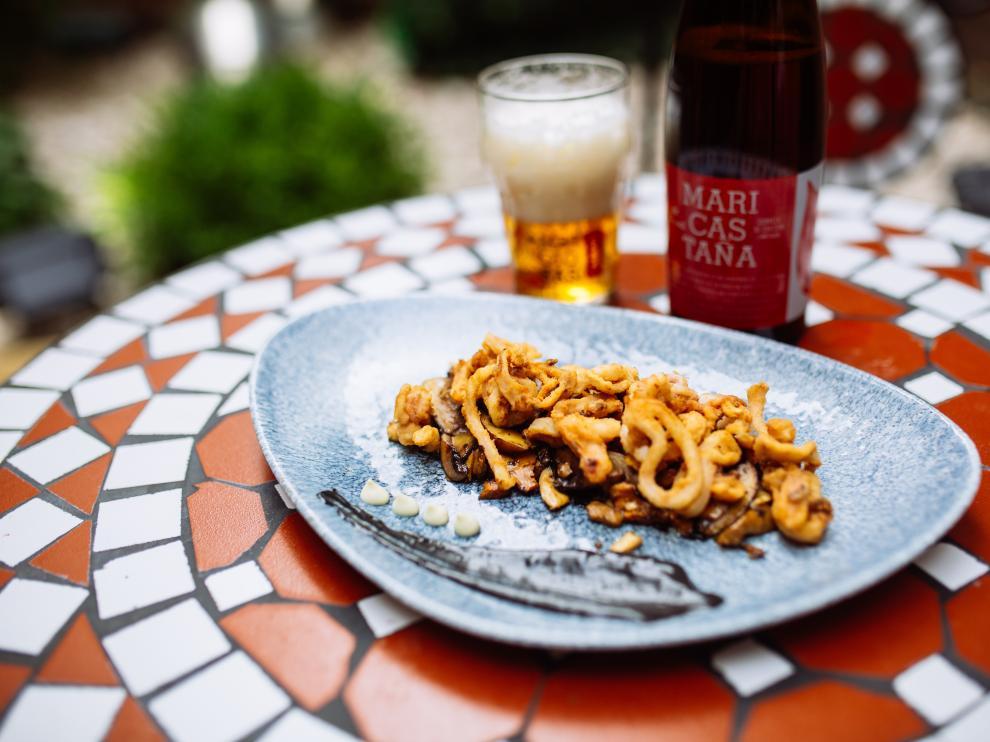 Chipirones harinados y fritos, sobre alioli de ajo negro con Ambar Mari Castaña del restaurante Nueva Karambola.