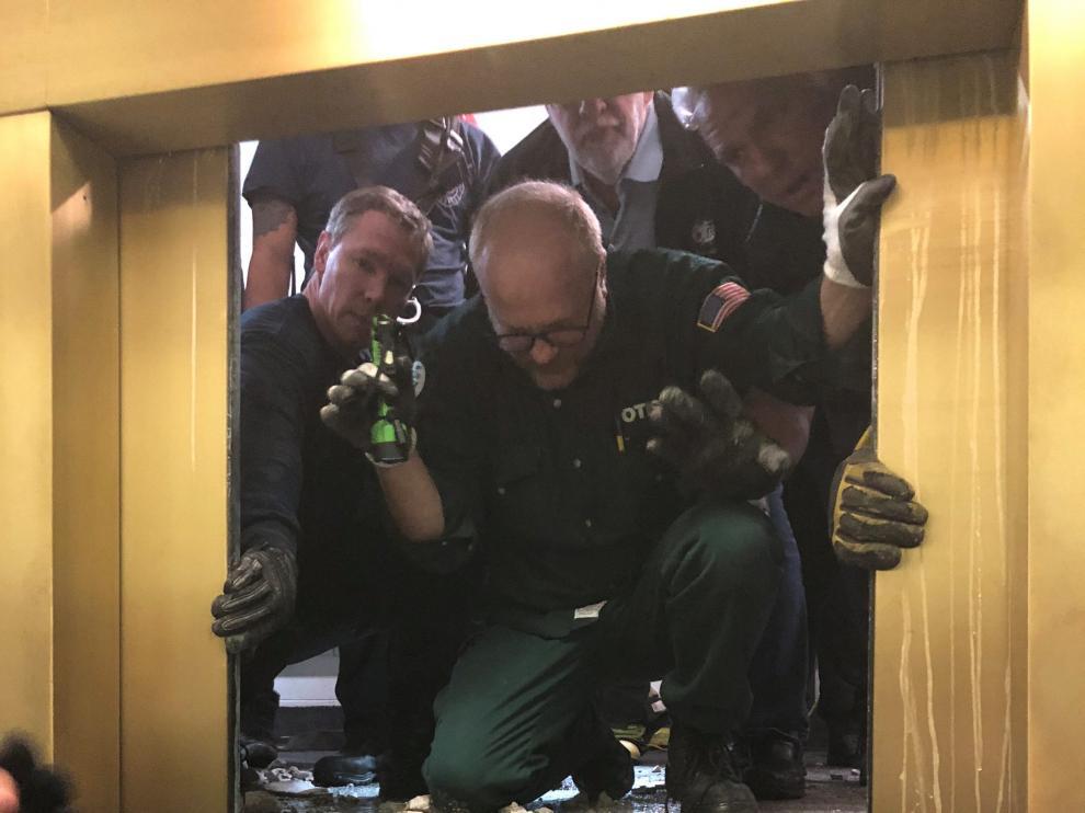 Momento en el que el equipo de rescate logró abrir las puertas del ascensor.