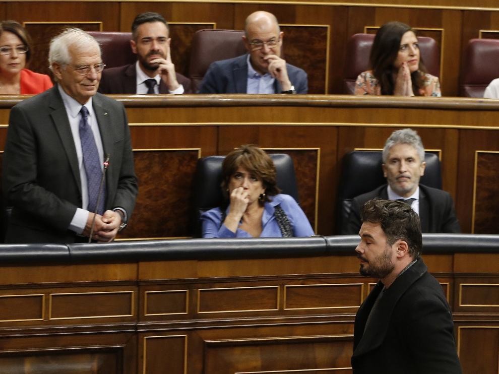Momento en el que Rufián abandona el hemiciclo ante la mirada de Borrell