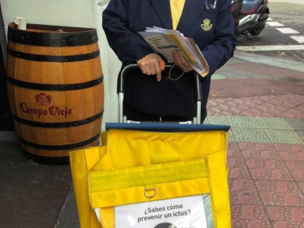 En las calles de Zaragoza ya se pueden ver carteros de Correos con el carro que lleva las normas básicas para prevenir el ictus.
