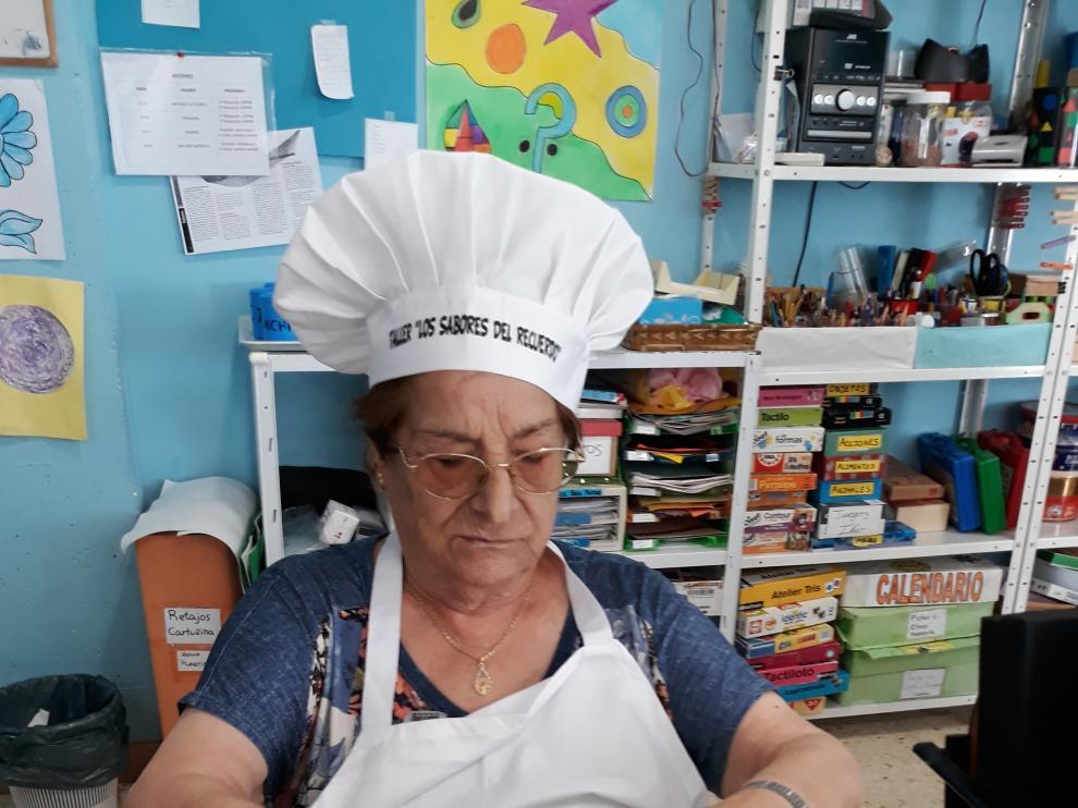 Una usuaria, durante el taller, preparando una receta.