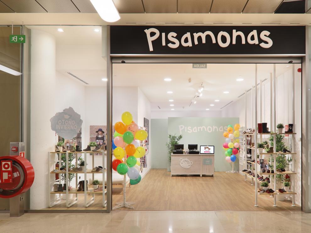 Escaparate de la zapatería infantil Pisamonas en el centro comercial Aragonia.