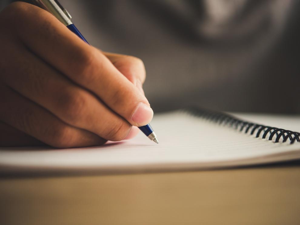 Imagen de archivo de una persona estudiando.