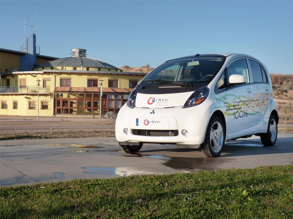 Un coche eléctrico delante de las instalaciones del CIRCE